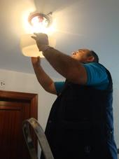 Portero realiza pequeñas tareas de manteninmiento
