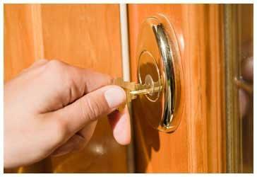 Cambiar la cerradura al inquilino puede ser delito de coacciones